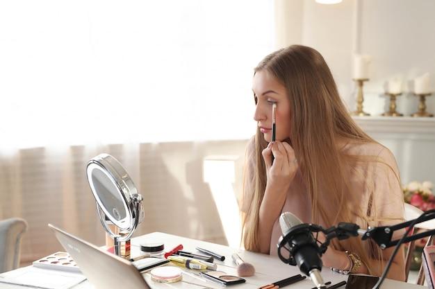 Vlogger di bellezza. giovane donna che registra un tutorial di trucco Foto Gratuite