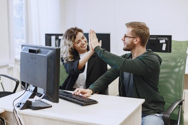 Красавица с другом. мужчина и женщина общаются. студенты изучают информатику. Бесплатные Фотографии