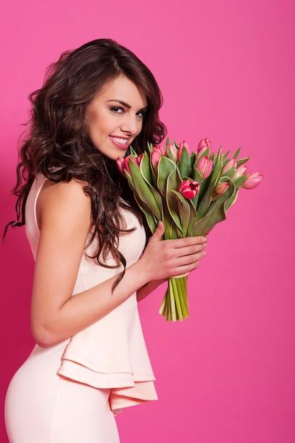 Женщина красоты в весеннее время с букетом розовых тюльпанов Бесплатные Фотографии