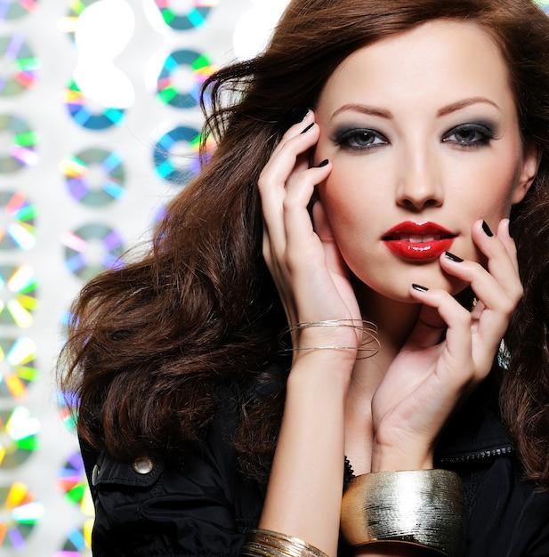 明るいファッションのアイメイクと赤い唇を持つ美女 無料写真