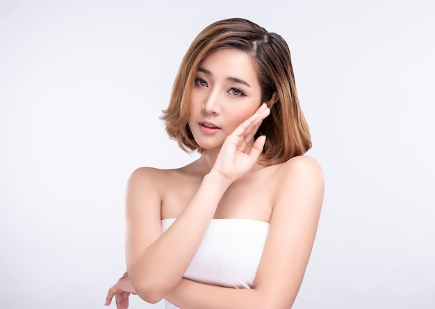 Красота молодая азиатская женщина с идеальной кожей лица. жесты для рекламы лечения спа и косметологии. Premium Фотографии