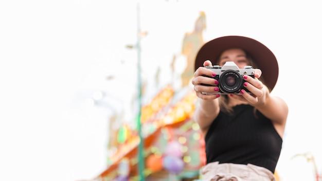 Красота молодая женщина позирует счастливым Бесплатные Фотографии
