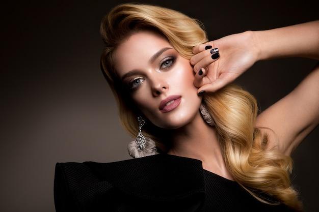 明るいメイクと美しいヘアスタイルの美しい少女 Premium写真
