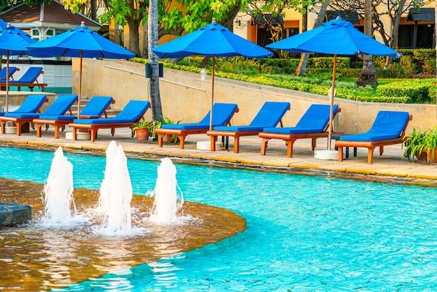 Постельный бассейн и зонтик вокруг бассейна в курортном отеле Premium Фотографии