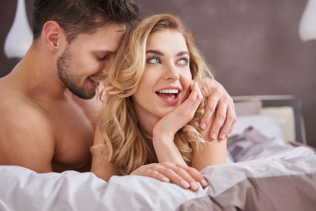 이성애 커플의 침대 장면 무료 사진