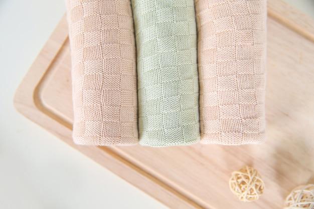 Простыни одеяла ткани для продажи на уличном рынке Premium Фотографии