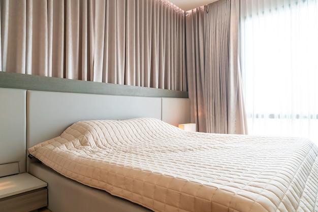 Кровать с покрывалом в спальне Premium Фотографии