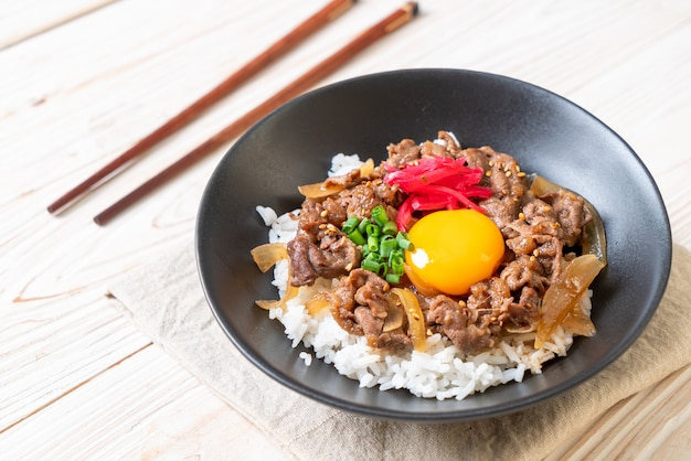 Beef sliced on topped rice (gyuu-don) Premium Photo
