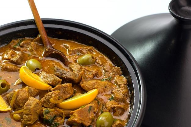 Тушеная говядина в таджинах с солёным лимоном и оливками Premium Фотографии