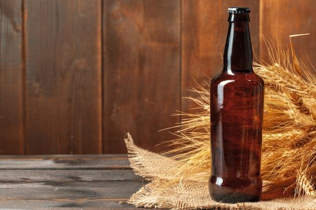 Пивная бутылка на деревянном Premium Фотографии
