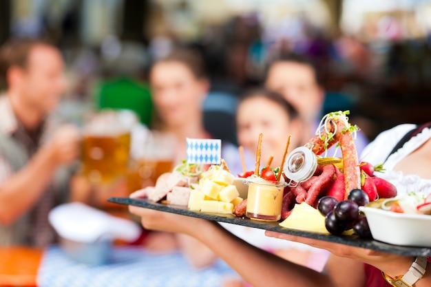 Пивной ресторан - пиво и закуски Premium Фотографии
