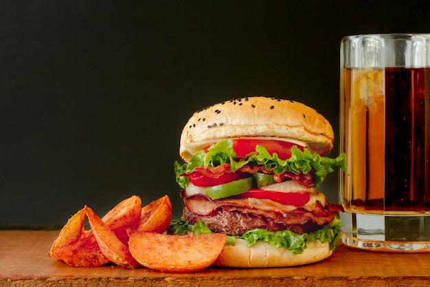 ビールジョッキとハンバーガー 無料写真