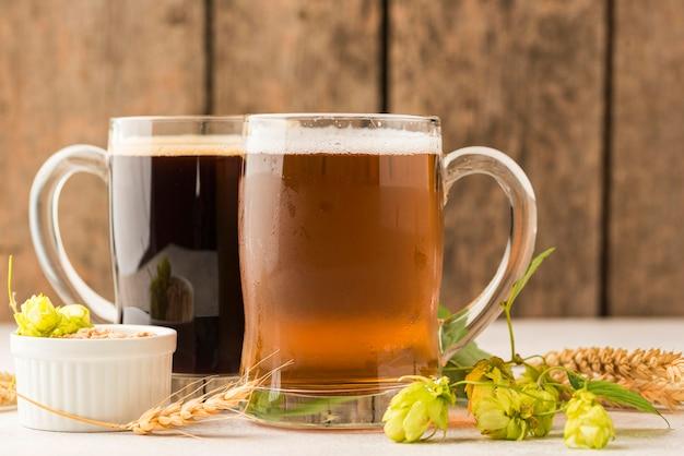 ビールジョッキと小麦の種の配置 Premium写真