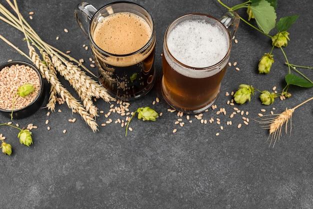 ビールジョッキと小麦の種のフレーム 無料写真