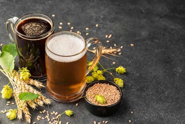 Boccali da birra e semi di grano ad alto angolo Foto Gratuite