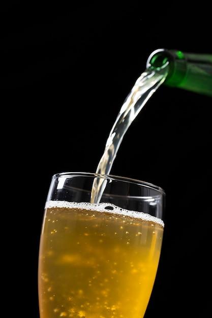 グラスにビールを注いだ Premium写真