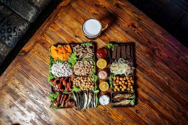 Пивной сет с креветками, сплатом, курицей и сосисками Бесплатные Фотографии
