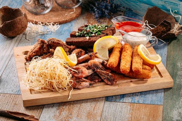 Beer snack shrimp wing fried cheese garlic bread Premium Photo