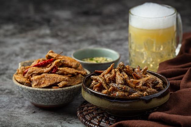 Пиво с хрустящими рыбными закусками, всемирный день пива. Бесплатные Фотографии
