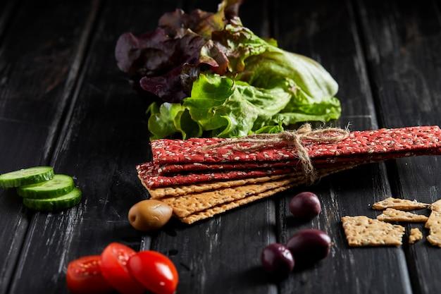 Крекеры из свекольной и ржаной муки с овощами для приготовления закусок. вегетарианство и здоровое питание Premium Фотографии