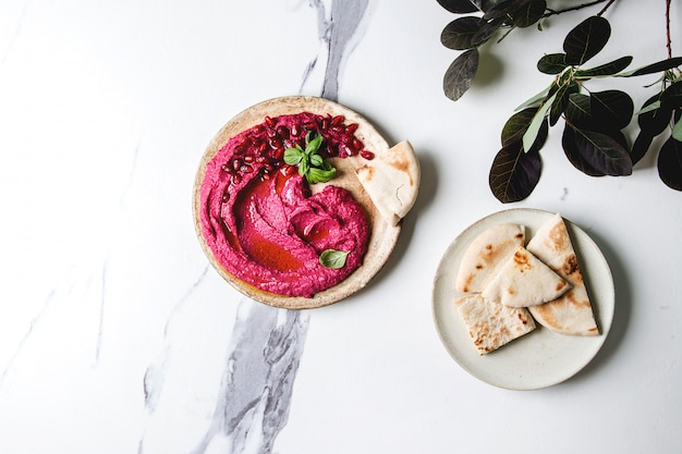 Beetroot hummus spread with nuts Premium Photo