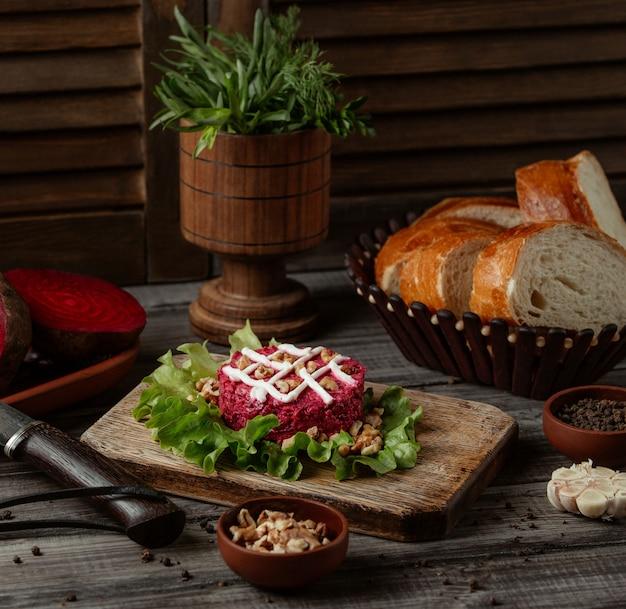Салат из свеклы с грецким орехом и майонезом Бесплатные Фотографии