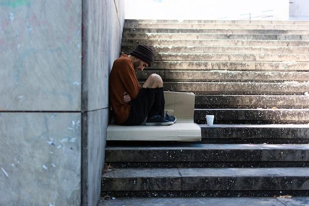 Нищий человек ждет на улицах города Бесплатные Фотографии