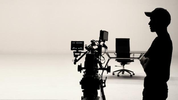 スタジオでの舞台裏や映画製作、カメラマンのシルエット。 Premium写真
