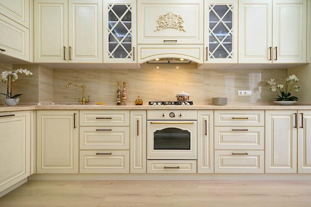 Бежевая мебель на кухне Premium Фотографии