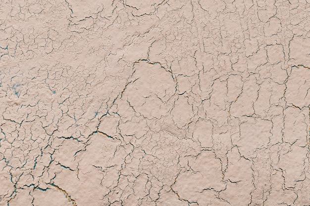 亀裂の背景を持つベージュライム石膏 無料写真