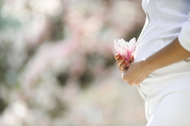 임신 한 여자와 꽃의 배 무료 사진