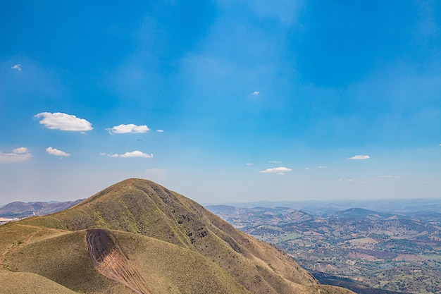 Belo horizonte, minas gerais, brazil. paraglider flying from top of the world mountain Premium Photo