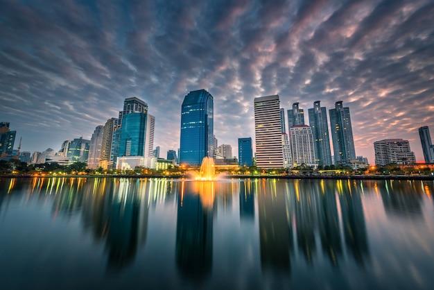 Изображение городского пейзажа парка benchakitti на twilight времени в бангкоке, таиланде. Premium Фотографии