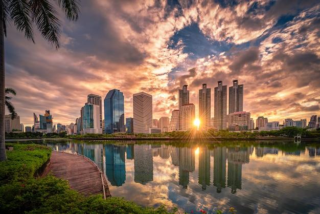 Изображение городского пейзажа парка benchakitti на восходе солнца в бангкоке, таиланде. Premium Фотографии