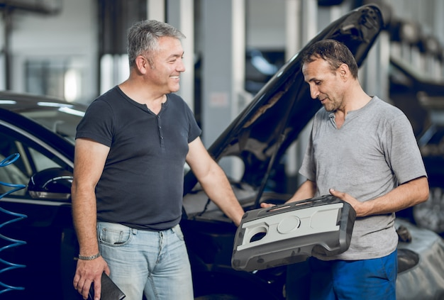 A benchman and the owner of the car making a deal Free Photo