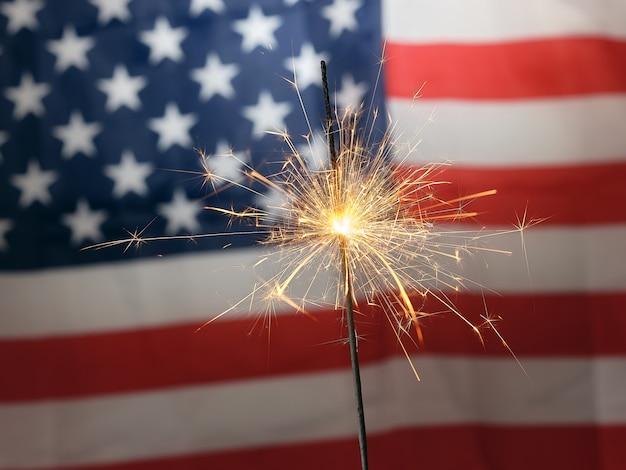 Бенгальский огонь на фоне американского флага Premium Фотографии