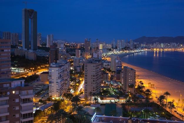 밤에 Benidorm 해변과 고층 빌딩 프리미엄 사진