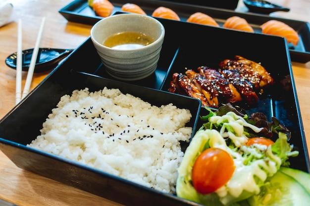 日本料理レストランのbentoチキンテリヤキセット。 Premium写真