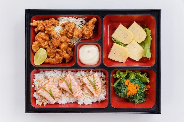 Жареный лосось bento с японской жареной курицей. Premium Фотографии
