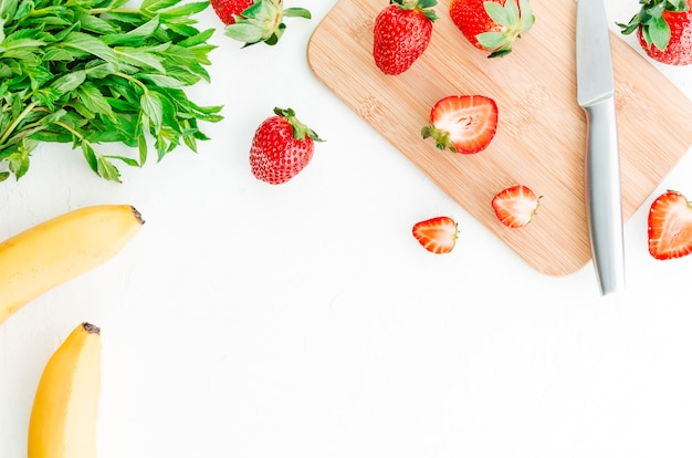 Berry fruits slicing on cut board Free Photo
