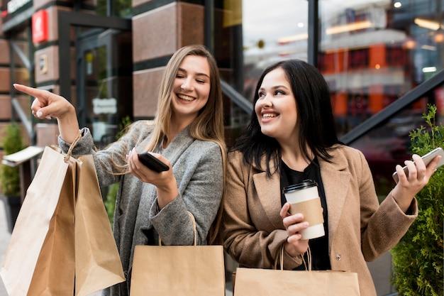 Migliori amici che sono felici dopo uno shopping sfrenato Foto Gratuite