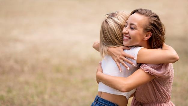 Лучшие друзья обнимаются с копией пространства Premium Фотографии