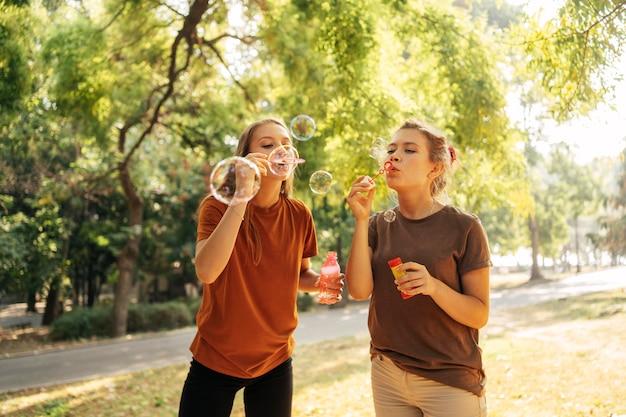 Migliori amici che fanno bolle di sapone insieme Foto Gratuite