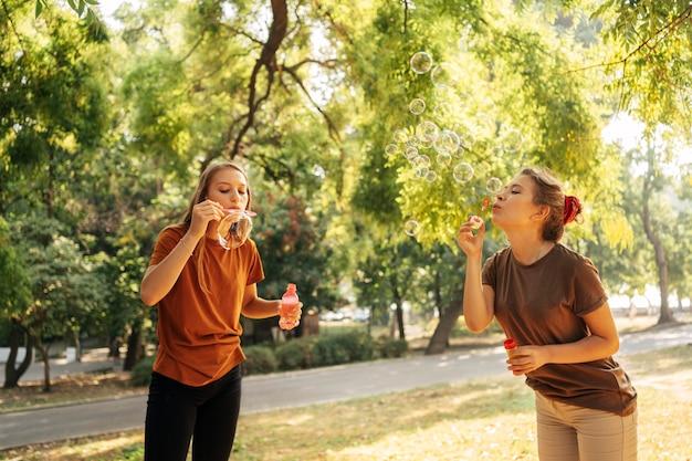 Migliori amici che fanno bolle di sapone Foto Gratuite