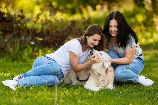 Migliori amici che giocano con un cane Foto Gratuite