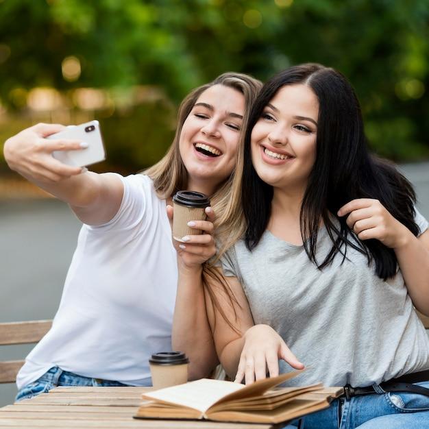 Migliori amici che prendono un selfie all'aperto Foto Gratuite