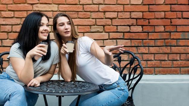 Migliori amici che prendono il loro caffè insieme allo spazio della copia Foto Gratuite
