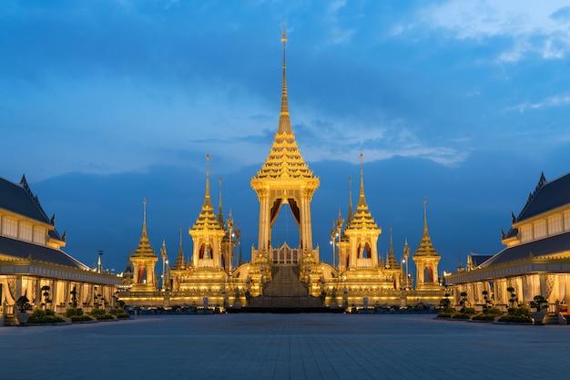 タイのバンコクで彼の陛下の王bhumibol adulyadejの王室火葬のための王室火葬場 Premium写真