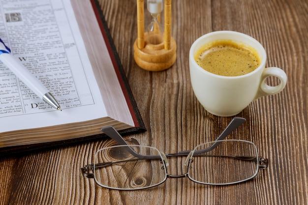 眼鏡の聖書、一杯のコーヒーでの個人的な聖書研究 Premium写真