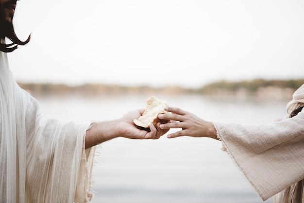 聖書の場面-イエス・キリストがパンを配っているシーン 無料写真